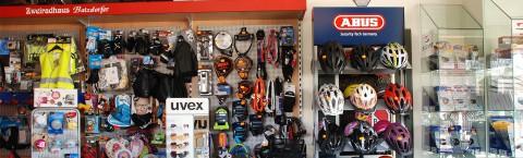 Kleidung, Helme & mehr